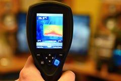 Kamera för termisk kopiering för hand som kontrollerar temperatur fotografering för bildbyråer