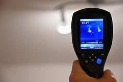 Kamera för termisk kopiering för hand som kontrollerar temperatur royaltyfri foto