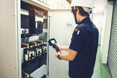 kamera för termisk kopiering för teknikerbruk som kontrollerar temperatur i fa royaltyfria foton