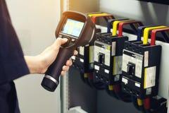kamera för termisk kopiering för teknikerbruk som kontrollerar temperatur i fa arkivfoto