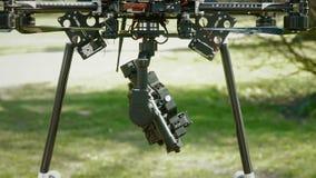 Kamera festgeklemmt auf einem Brummen stock video
