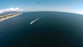Kamera fliegt über einen Gebirgssee stock video