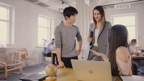 Kamera folgt weiblichem Führer betreten Büro, dann plaudern mit Kollegen Glückliche multiethnische Geschäftsleute der Diskussion  stock video footage