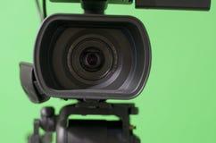Kamera framme av den gröna skärmen Royaltyfria Bilder
