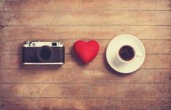 Kamera, hjärta och kopp royaltyfri bild