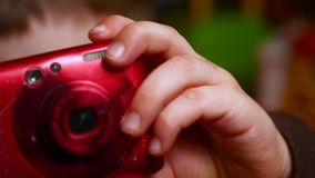 Kamera i händer av den unga filmskaparen Animeringbakgrund Ung fotograf stock video