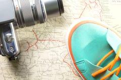 Kamera i but na mapie Obrazy Stock