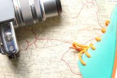 Kamera i but na mapie Zdjęcia Stock