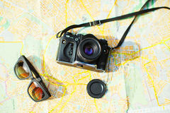 kamera i okulary przeciwsłoneczni na mapie Obraz Stock