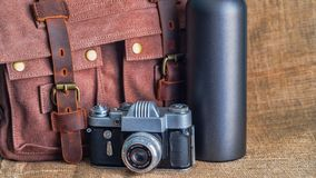Kamera i teczka na stole zdjęcia royalty free