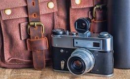 Kamera i teczka na stole obrazy royalty free