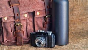 Kamera i teczka na stole zdjęcie royalty free