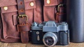Kamera i teczka na stole fotografia stock