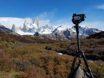 Kamera i tripod bierze fotografię w El chalten zdjęcie royalty free