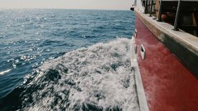 Kamera ist auf der linken Seite des Kreuzschiffs, das schnell in das tiefe blaue Meer segelt und schneidet glänzende schäumende w stock video footage