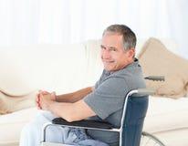 kamera jego przyglądającego mężczyzna dojrzały wózek inwalidzki Fotografia Royalty Free