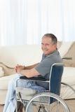 kamera jego przyglądającego mężczyzna dojrzały wózek inwalidzki Obrazy Royalty Free
