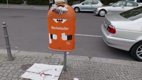 Kamera 4K rusza się wokoło overfilled kubła na śmieci z gratem śmieci chodniczek Dolly, Gimbal Strzelający przy Berlińską miasto  zbiory