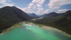 Kamera lot nad Sylvenstein jeziorem w Bawarskich Alps zbiory wideo