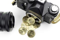 Kamera med dollar som häller från den royaltyfria bilder