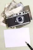Kamera med foto Royaltyfria Bilder