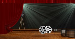 Kamera mit Filmrollen auf Stadium mit Rot drapieren Vorhänge Stockfotografie