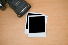 Kamera mit polaroidfeldern Stockbild