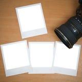 Kamera mit unbelegten polaroidfeldern Stockbild