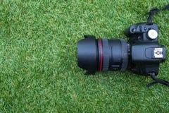 Kamera na trawy tle Zdjęcie Stock