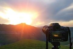 Kamera na tripod, mknąca góry sceneria Fotografia Stock