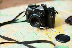 kamera na turystycznej mapie Fotografia Royalty Free