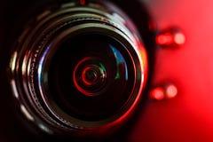 Kamera obiektyw i czerwieni backlight obrazy royalty free