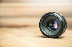 Kamera obiektyw na biurku Zdjęcia Stock