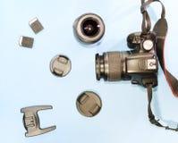 Kamera, obiektyw, pamięci przejażdżka na błękitnym tle, zakończenie Obrazy Stock
