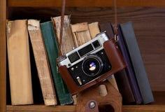 Kamera och böcker Royaltyfri Foto