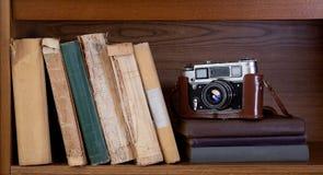 Kamera och bok Arkivfoto