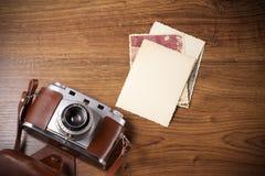 Kamera och gammalt bildalbum, gamla minnen Royaltyfria Bilder
