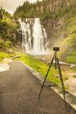 Kamera och Skjervsfossen vattenfall, Norge Fotografering för Bildbyråer