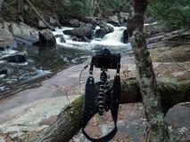 Kamera och vattenfall Royaltyfri Foto