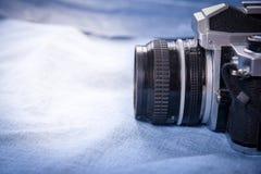 kamera på blå blackground, stilleben arkivfoto