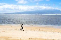 Kamera på den öde stranden Fotografering för Bildbyråer