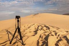Kamera på en tripod på sanddyn Arkivbilder