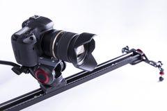 Kamera på en video glidare på en vit bakgrund isolerat Fotografering för Bildbyråer