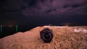 Kamera på jordningen med timelapsen i himlen arkivfilmer