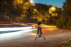 Kamera på tripoden på natten Royaltyfri Foto