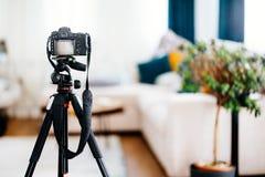 Kamera på tripoden som tar fotografier av inredesignen, möblemang och hus royaltyfri foto