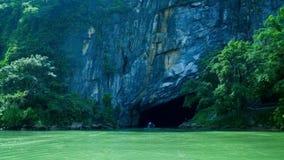 Kamera podąża łódkowatego chodzenie grota pod skałą rzeką zbiory