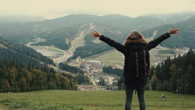 Kamera podąża młoda dziewczyna wycieczkowicza odprowadzenie w góra krajobrazie z podwyżek rękami w powietrze zbiory wideo