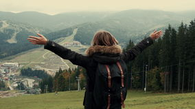 Kamera podąża młoda dziewczyna wycieczkowicza odprowadzenie w góra krajobrazie z podwyżek rękami w powietrze zdjęcie wideo