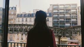 Kamera podąża młodego szczęśliwego kobiety sylwetki odprowadzenie otwierać balkonowego okno, cieszy się pogodnego wieża eifla wid zbiory